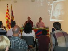 """Thubten Wangchen i Àngel Solà durant la conferència """"El Tibet avui"""". Fotografia extreta del Cerdanyola.info"""